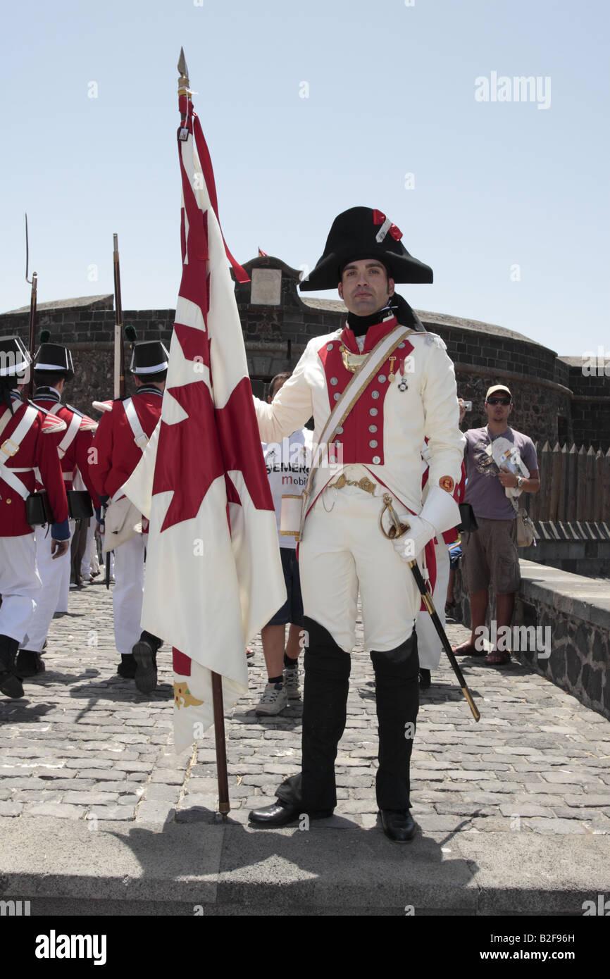 Porte-drapeau du Batallon de Canarias devant le Castillo Negro après une reconstitution de la bataille de 1797 Santa Cruz de Ténérife Banque D'Images
