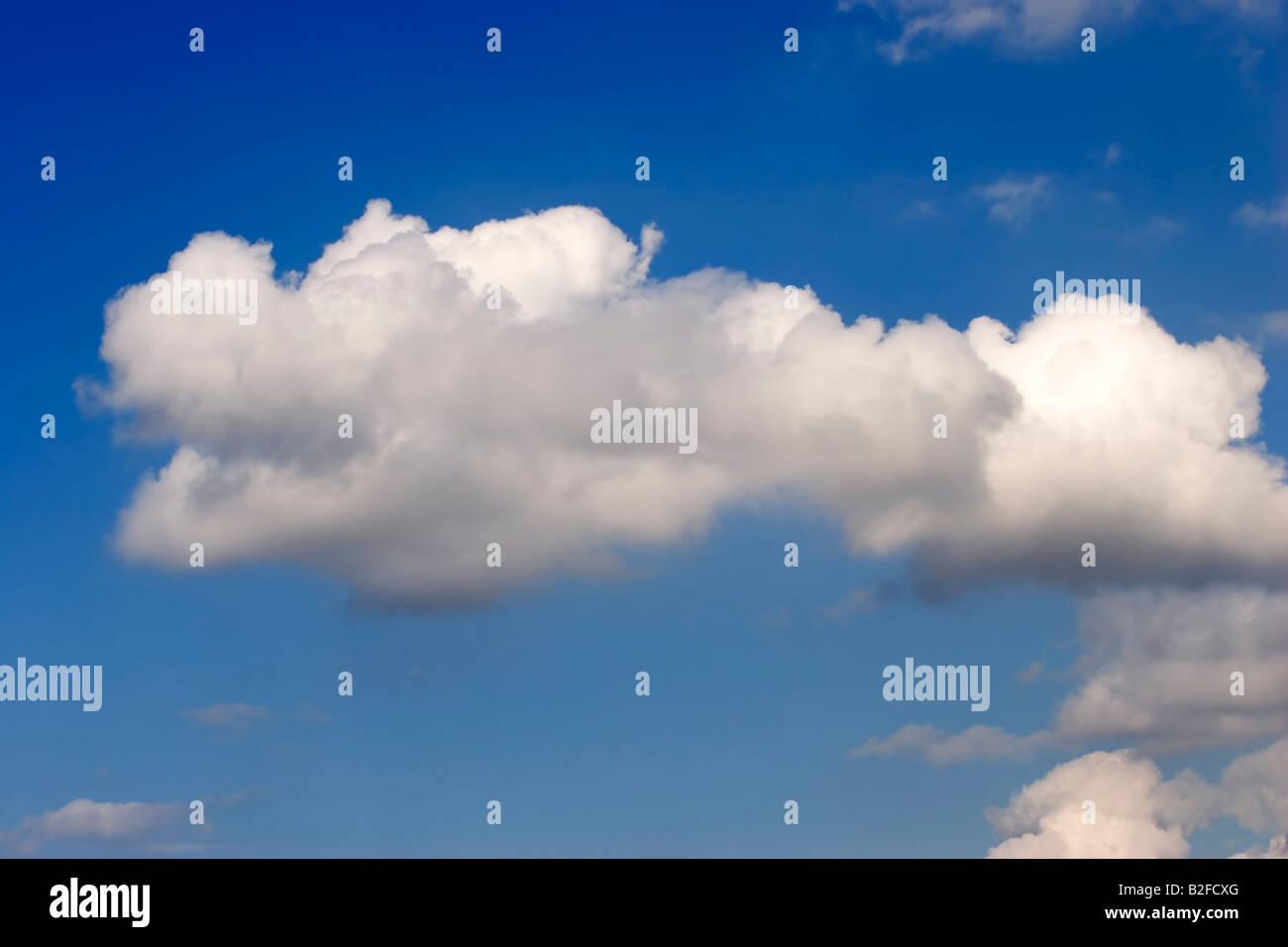 Ciel bleu nuages blancs Photo Stock