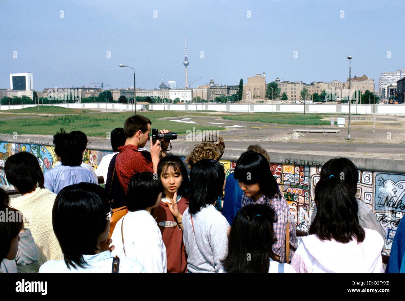 Les touristes sur le côté ouest du mur de Berlin 1986 Photo Stock