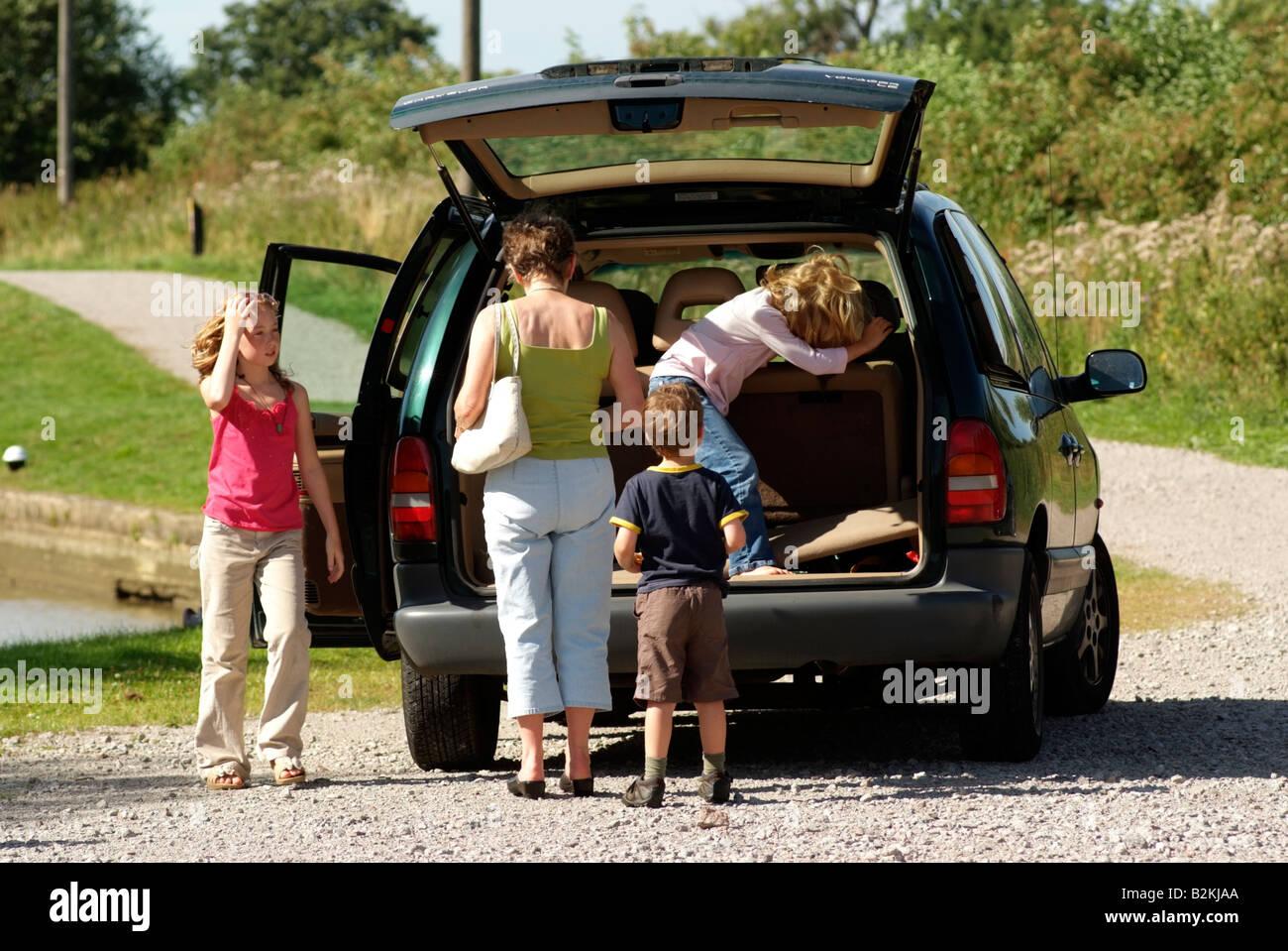 Journée en famille avec les enfants dans un véhicule monospace Photo Stock