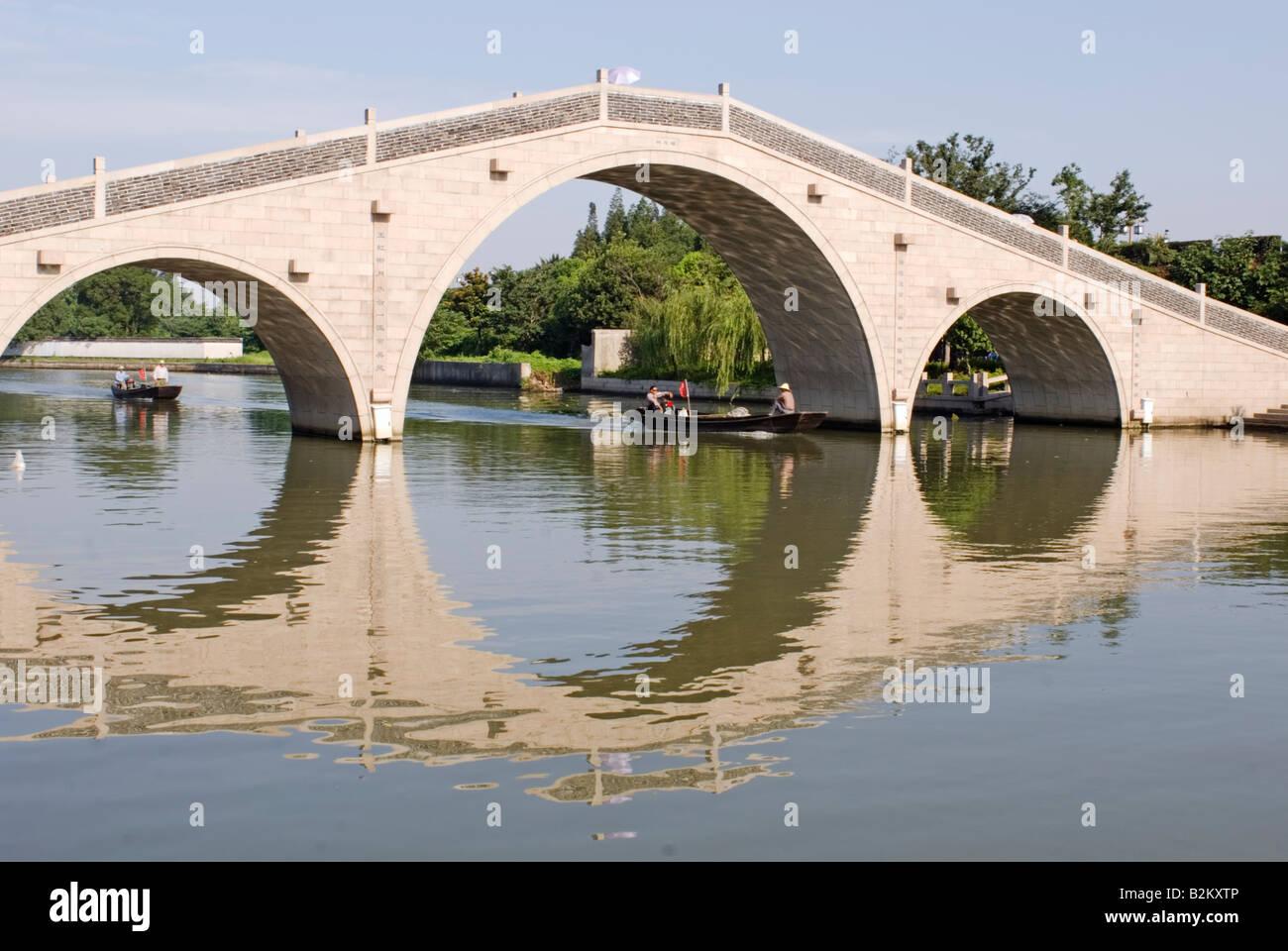 La Chine, Suzhou, pont de pierre sur le Grand Canal Banque D'Images