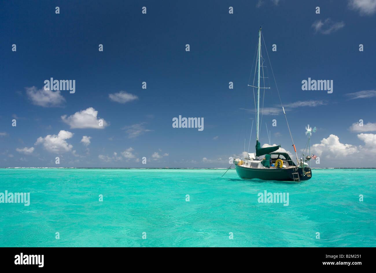 Un voilier de croisière sur les Caraïbes c'est au Tobago Cays juste à l'intérieur de Photo Stock