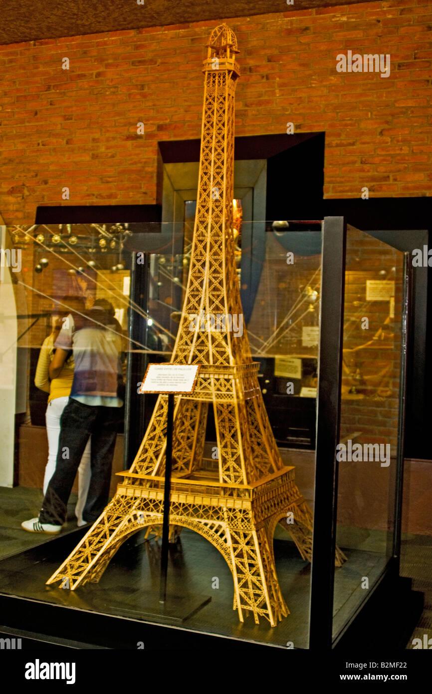 Mexico, District Fédéral, DF, Ripley's museum Tour Eiffel fait à la main avec des bâtonnets Photo Stock
