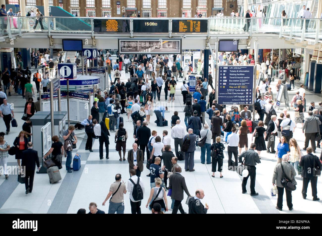 Les voyageurs à la gare de Liverpool Street, Londres Banque D'Images