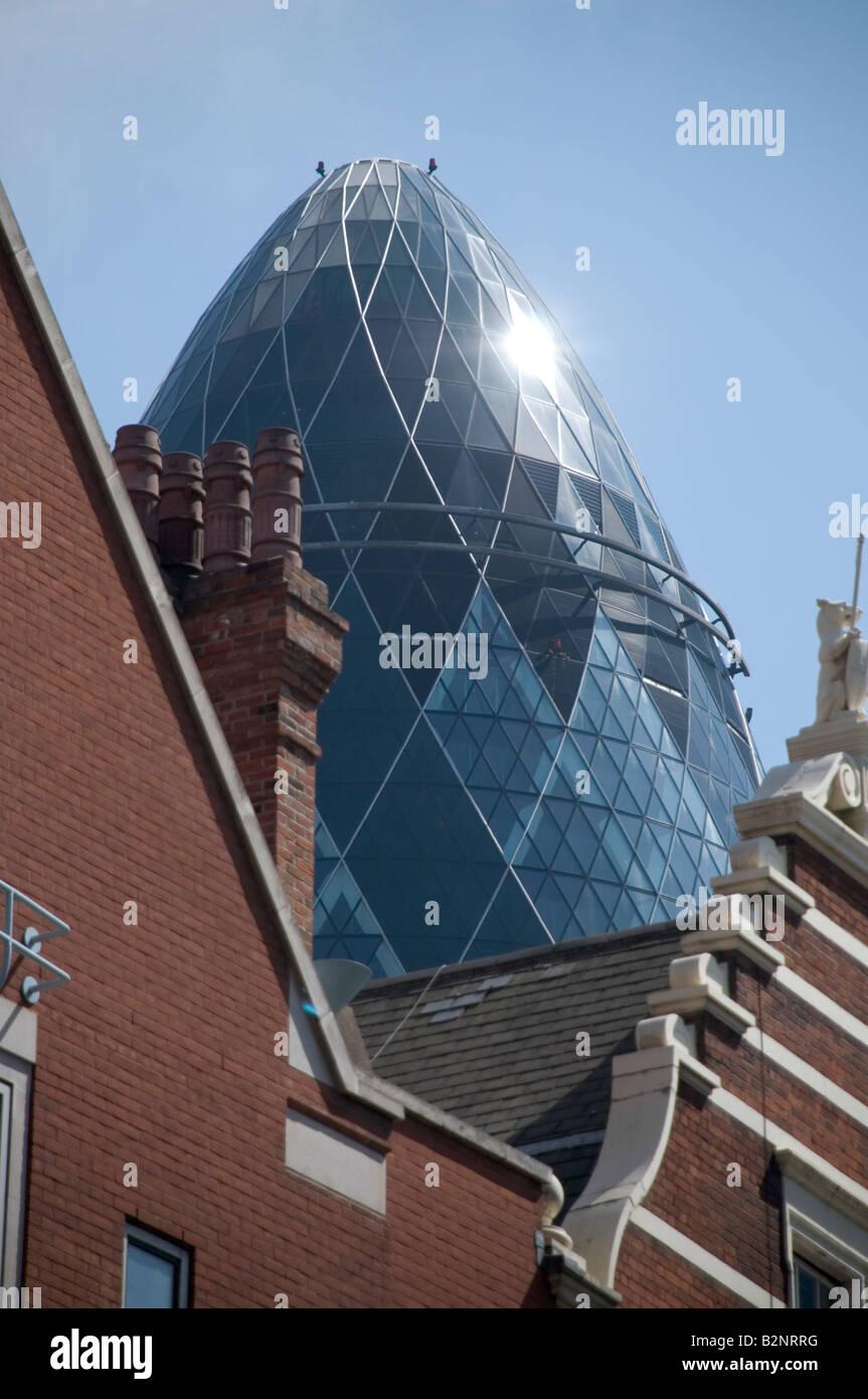 Le bâtiment connu sous le nom de Swiss Re le Gherkin par Norman Foster et Partners London UK Banque D'Images