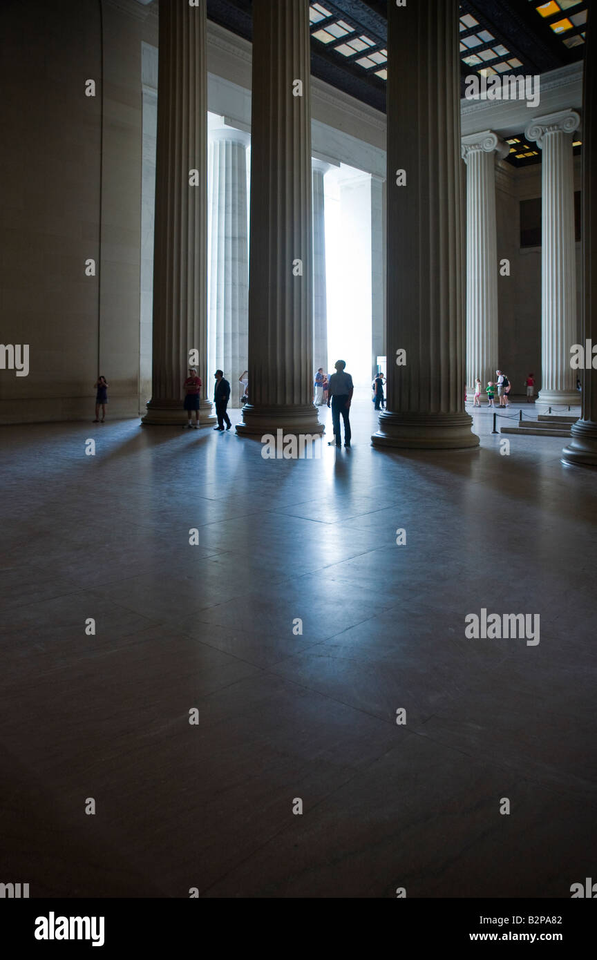 Les touristes à l'intérieur de colonnes du Lincoln Memorial, Washington DC, USA Photo Stock