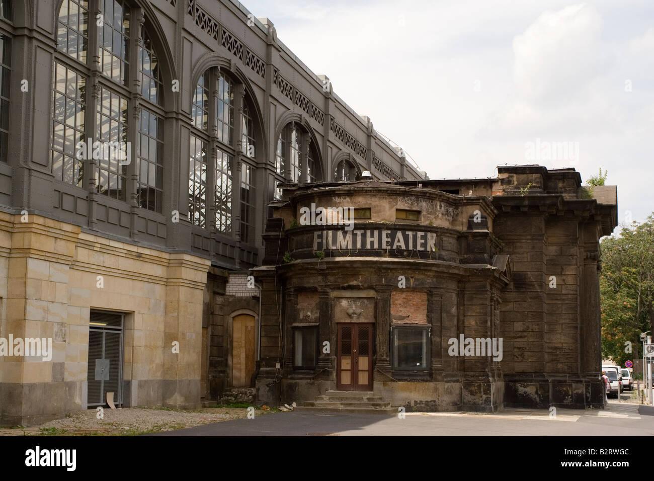 La façade d'un cinéma à Dresde. Le cinéma est situé à côté de la gare Photo Stock