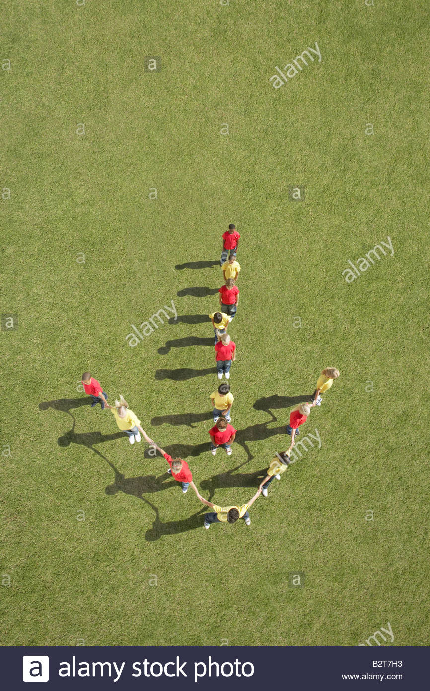 Groupe d'enfants se tenant dans la formation de flèche Photo Stock