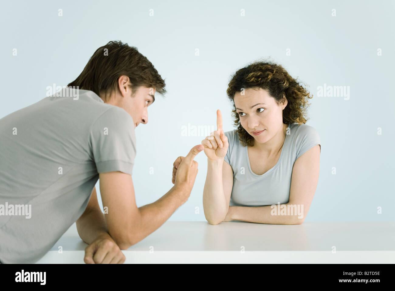 Couple arguing, faisant des gestes, jusqu'à la taille Banque D'Images
