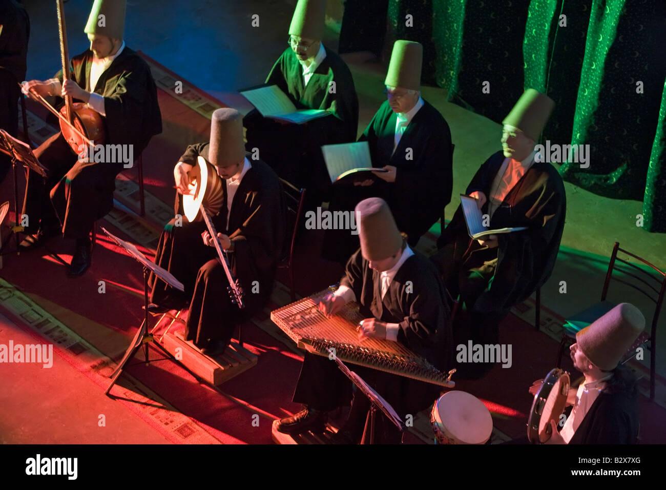 Musiciens jouant de la musique soufie au cours de la cérémonie par la Sema savent que les derviches Mevlevi Whirling Istanbul Turquie Banque D'Images