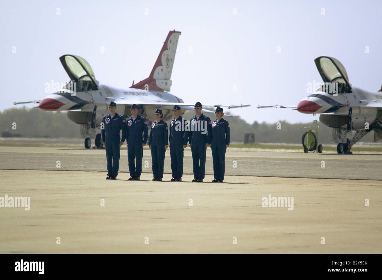 Six hommes de l'US Air Force et de femmes pilotes au garde devant leur F-16C Fighting Falcon, Point Mugu, CA Banque D'Images