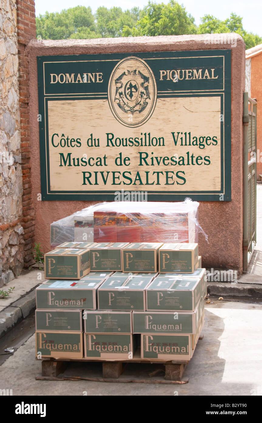 Bouteilles stockées dans la cave. Dans les cas. Domaine Piquemal, espira de l'Agly, Roussillon, France Banque D'Images