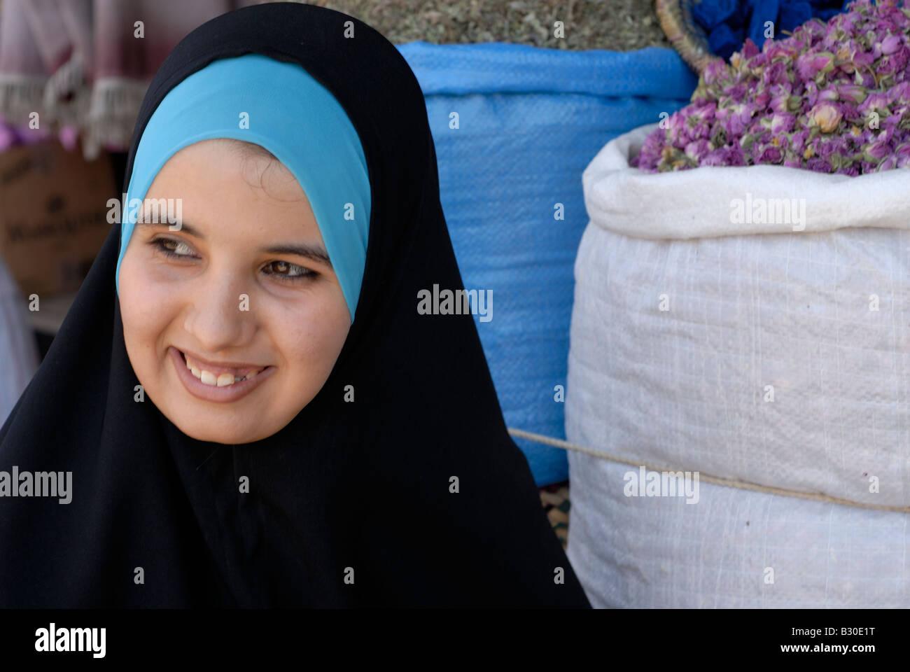 4ddeb823db62 Afrique du Nord Maroc Marrakech souk aux épices jeune femme en hijab dame  en costume traditionnel