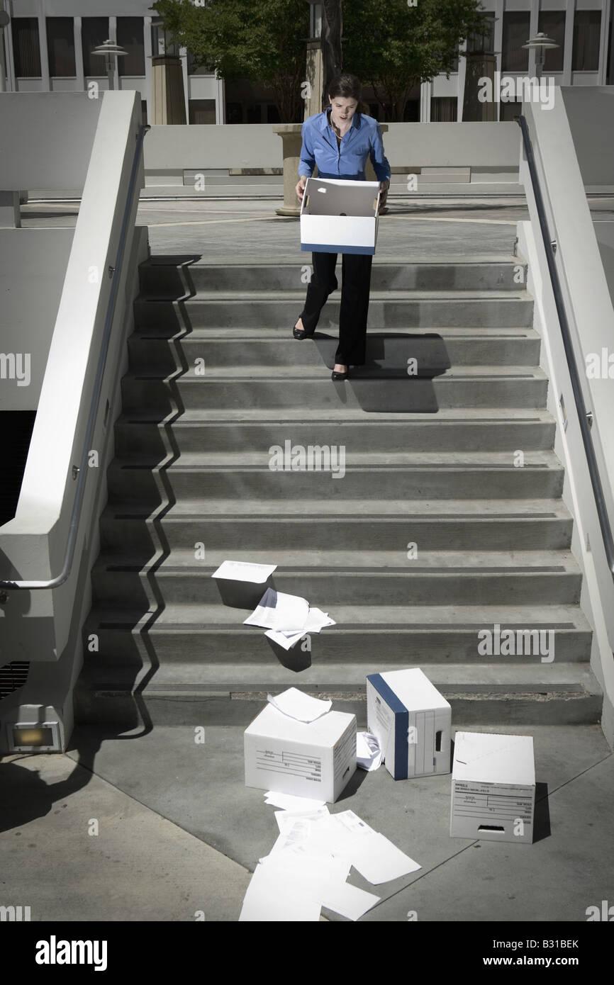 Girl Friday regardant des boîtes de liste déroulante de la paperasserie comme suit Photo Stock