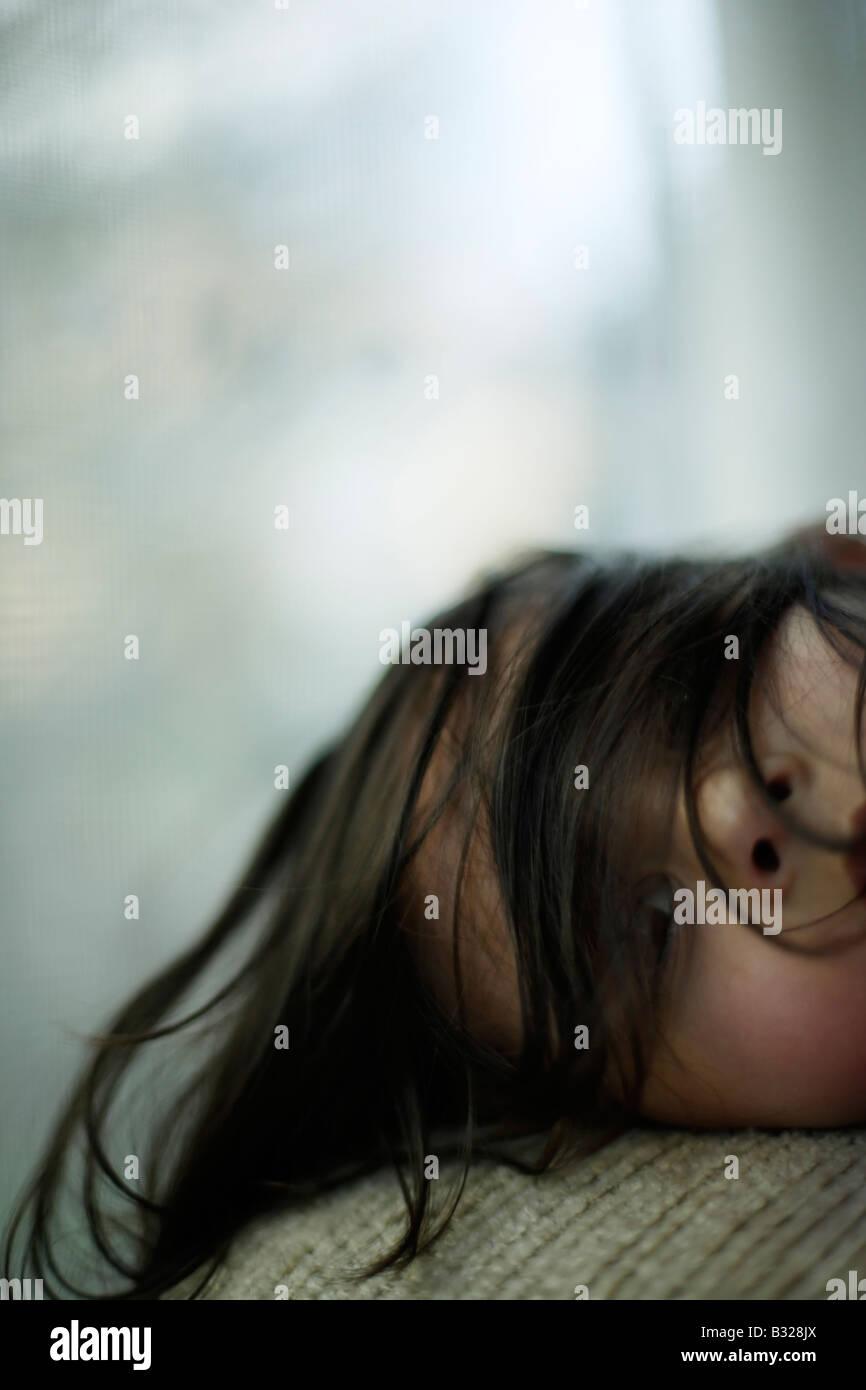 Portrait de petite fille de cinq ans par fenêtre mixed race ethnique indien Photo Stock