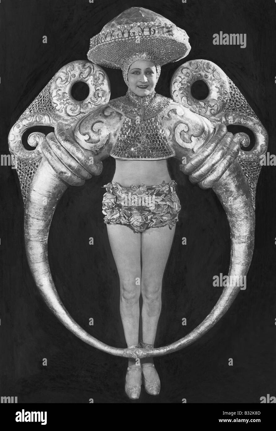 Portrait de femme en costume anneau élaborée Photo Stock