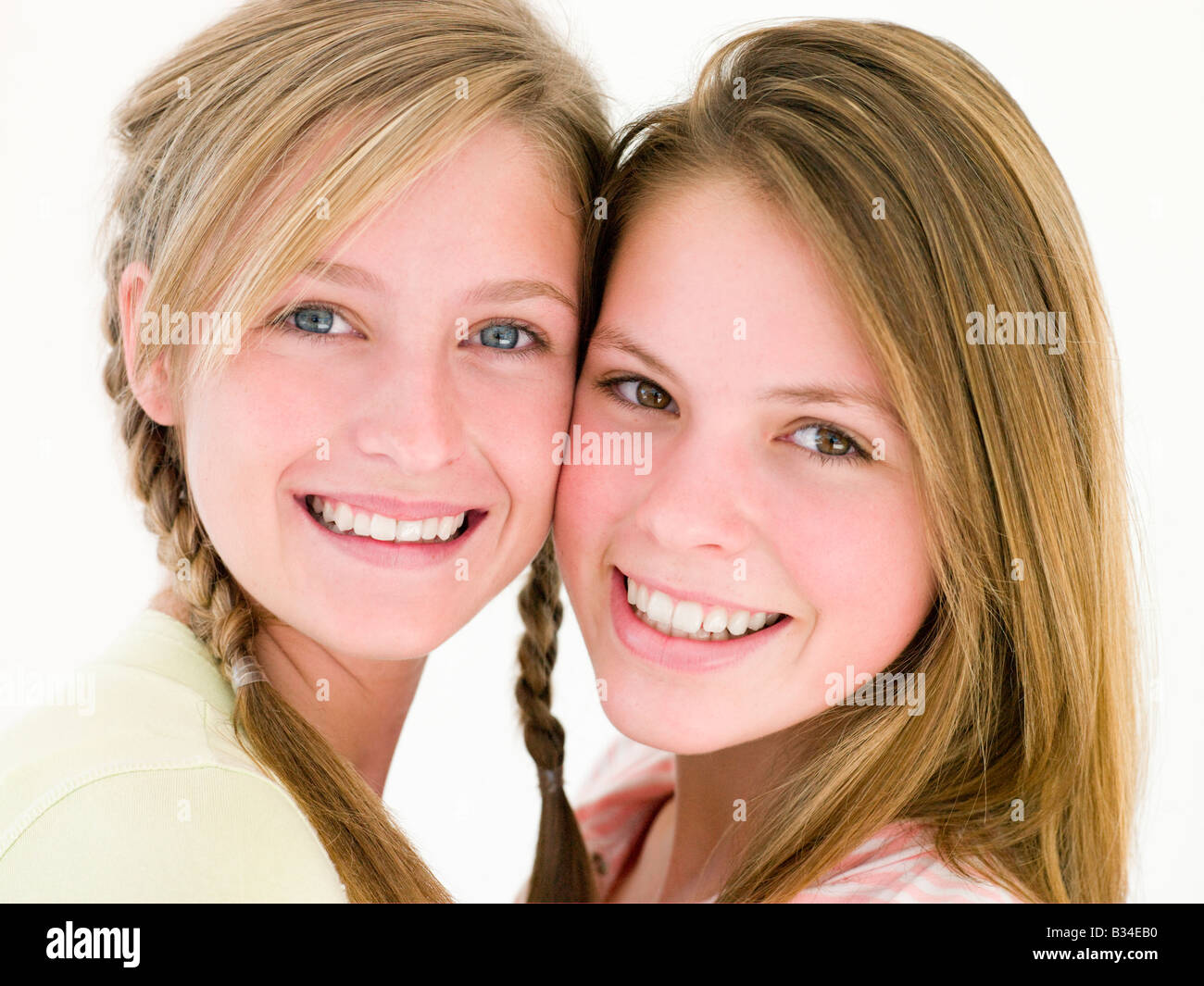 Deux girl friends smiling together Photo Stock