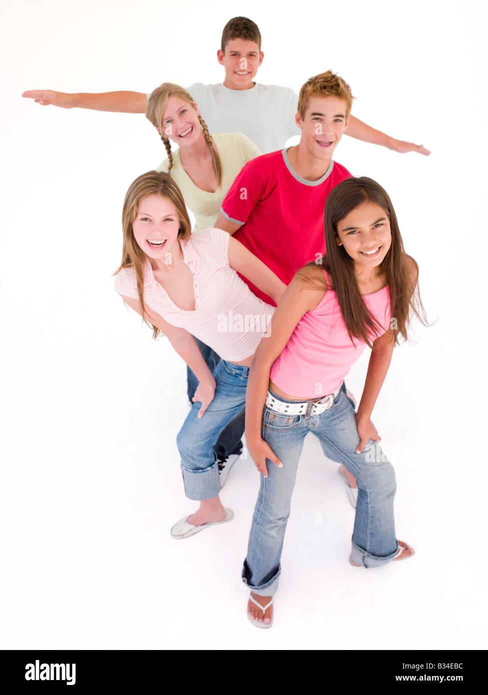 Cinq amis d'affilée smiling Photo Stock