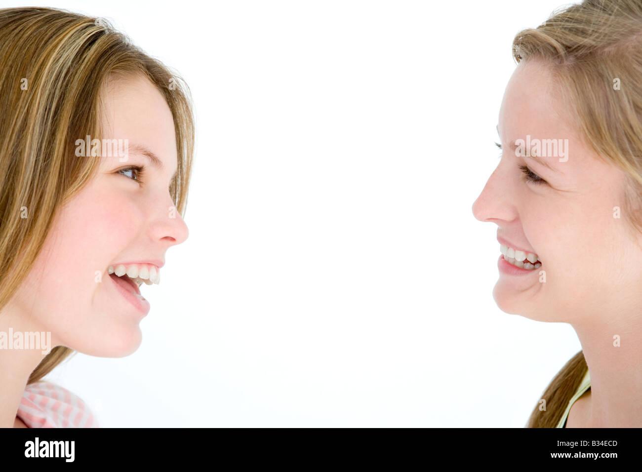 Deux amies se regarder smiling Photo Stock