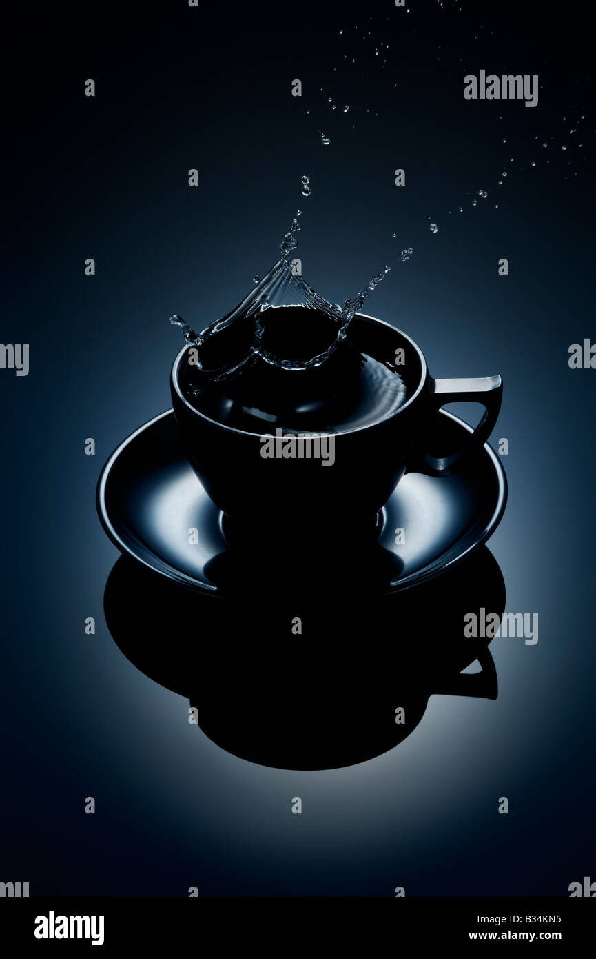 Les éclaboussures d'eau de café tasse Photo Stock