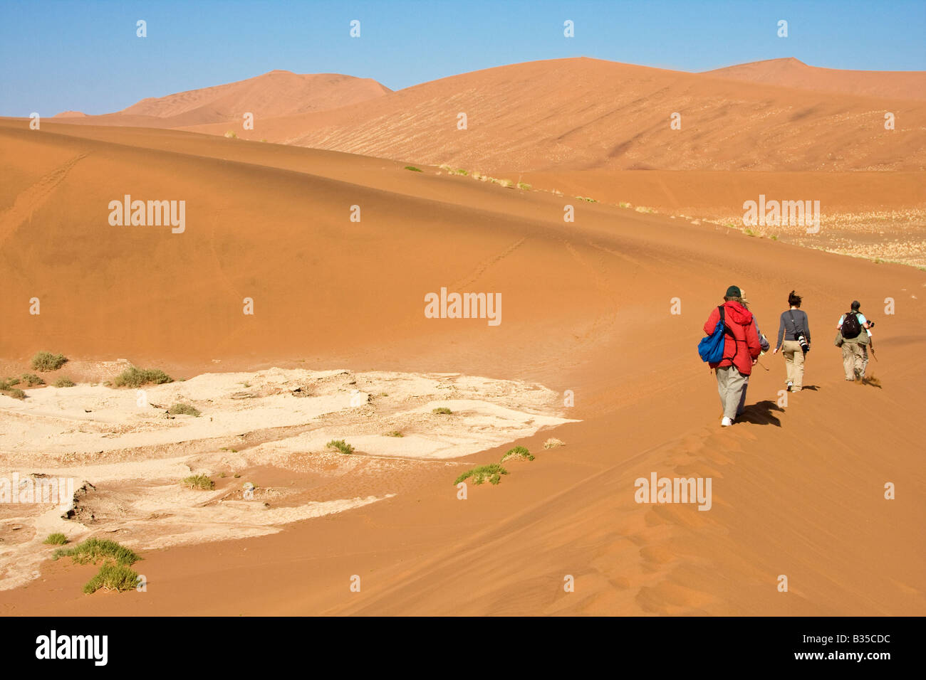 Parmi les visiteurs parcourent les dunes de Sossusvlei au Parc Namib Naukluft en Afrique Namibie Banque D'Images