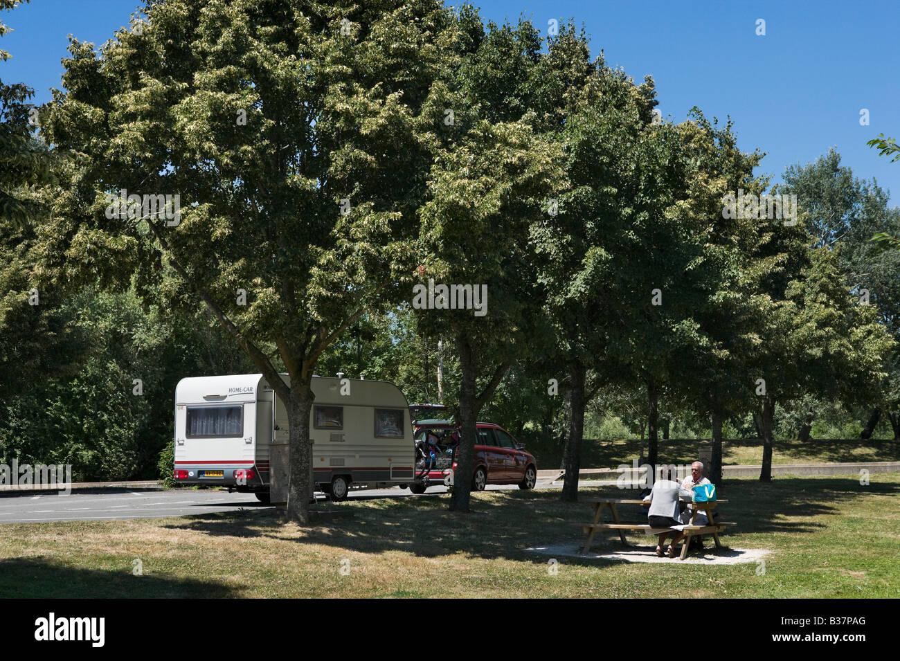 couple et leur caravane à un banc de pique-nique dans une aire de