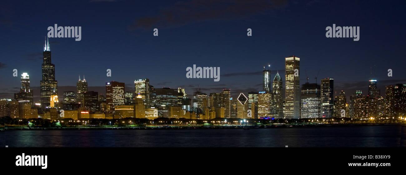 Chicago Illinois Skyline, début de soirée. La Sears Tower (Willis Tower) sur le côté gauche, Photo Stock