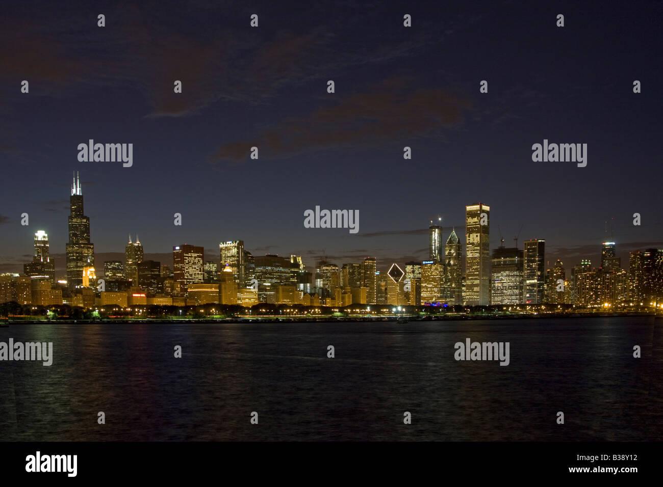 Chicago Illinois d'horizon. En soirée. La Sears Tower (Willis Tower) sur le côté gauche, Hancock Photo Stock