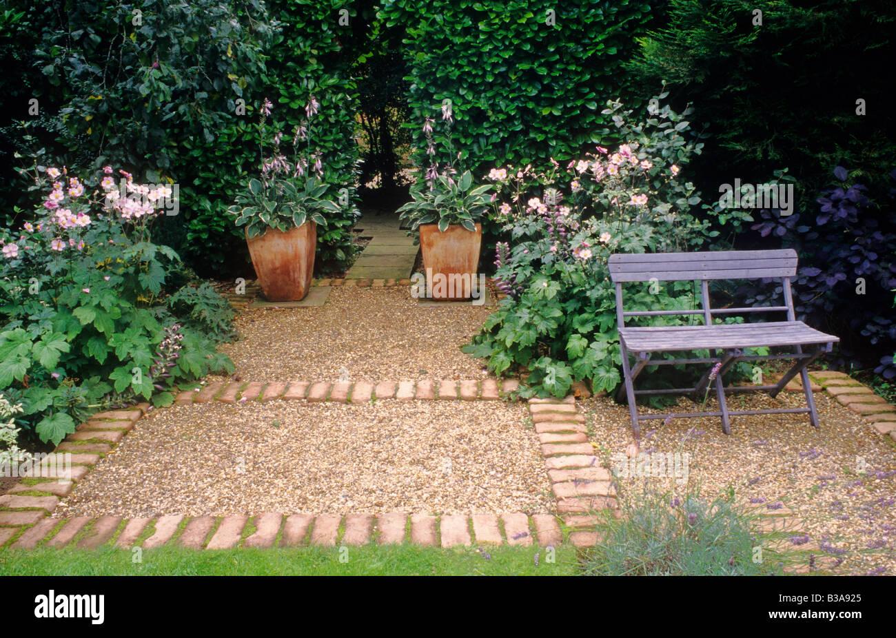 les semoirs en terre cuite avec hosta chemin de gravier en briques peint bleu banc salon de. Black Bedroom Furniture Sets. Home Design Ideas