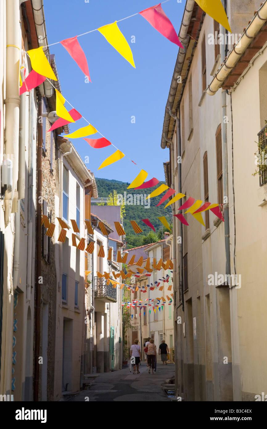Une rue est décorée de drapeaux et banderoles dans les deux couleurs en français et en catalan pour Photo Stock