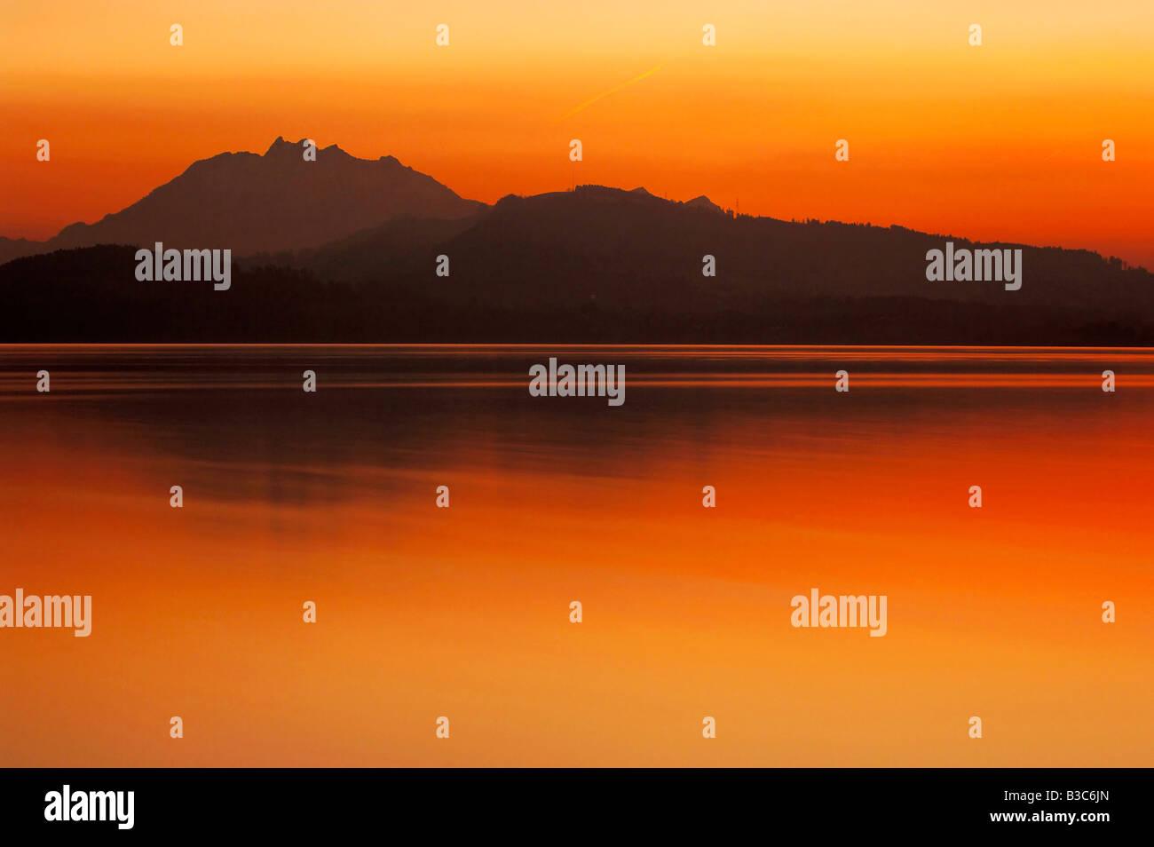 Coucher du soleil sur le lac de Zoug Zoug Suisse Banque D'Images