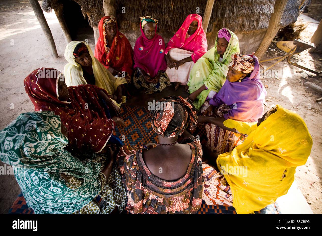 Un groupe de femmes se rassemblent pour discuter dans le village de Darou Hidjeratou, Sénégal Photo Stock