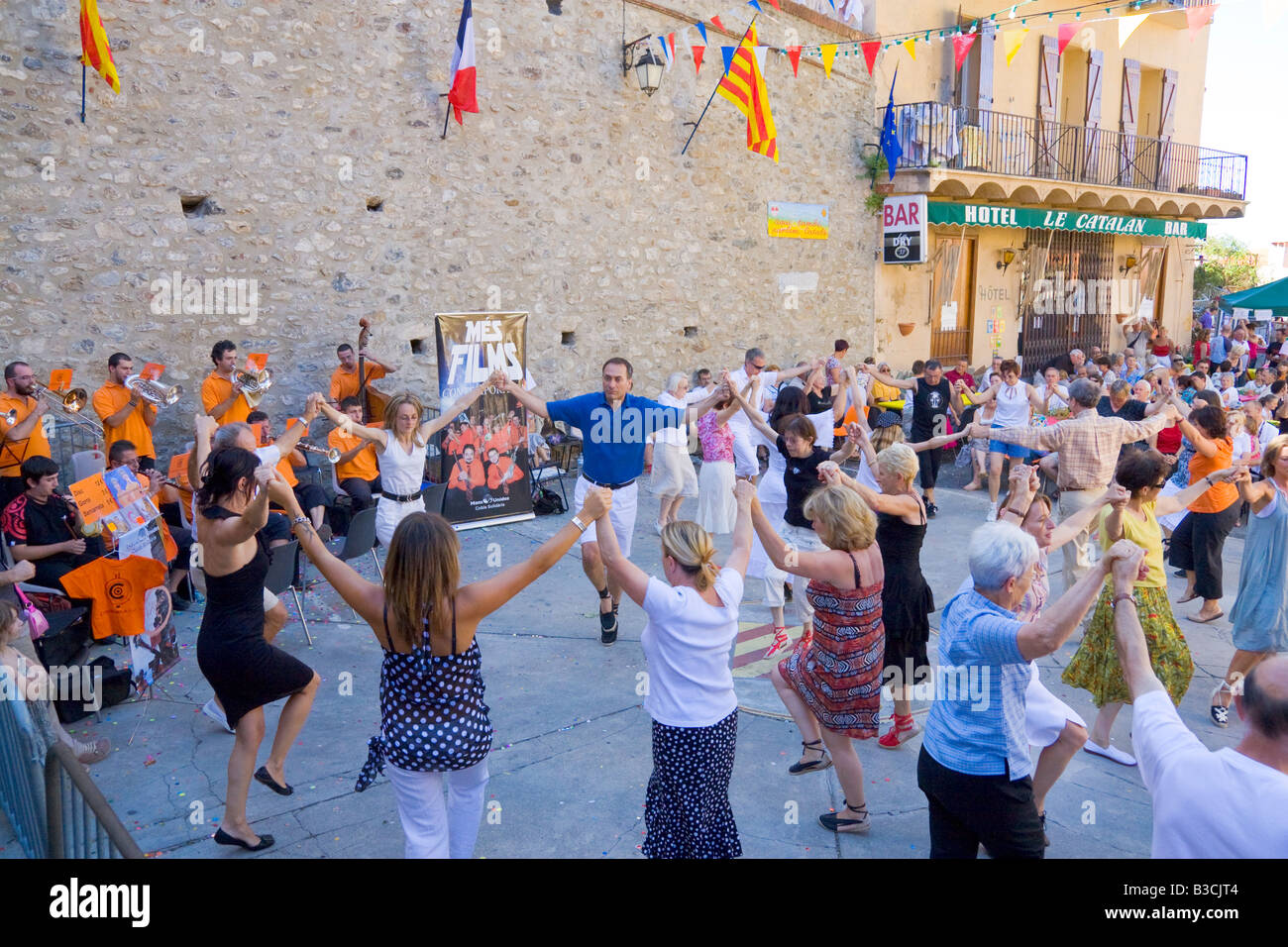 Catalans français célébrer la fête nationale française la danse Danse folklorique traditionnelle Photo Stock