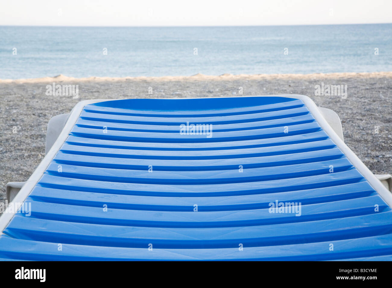 Espagne, Andalousie, seul lounge chair on beach, close-up Photo Stock