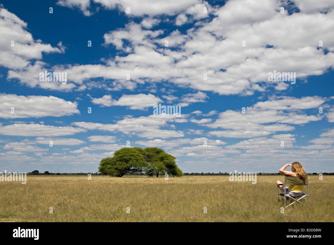 L'Afrique, Botswana, les touristes à la recherche sur les paysages Photo Stock