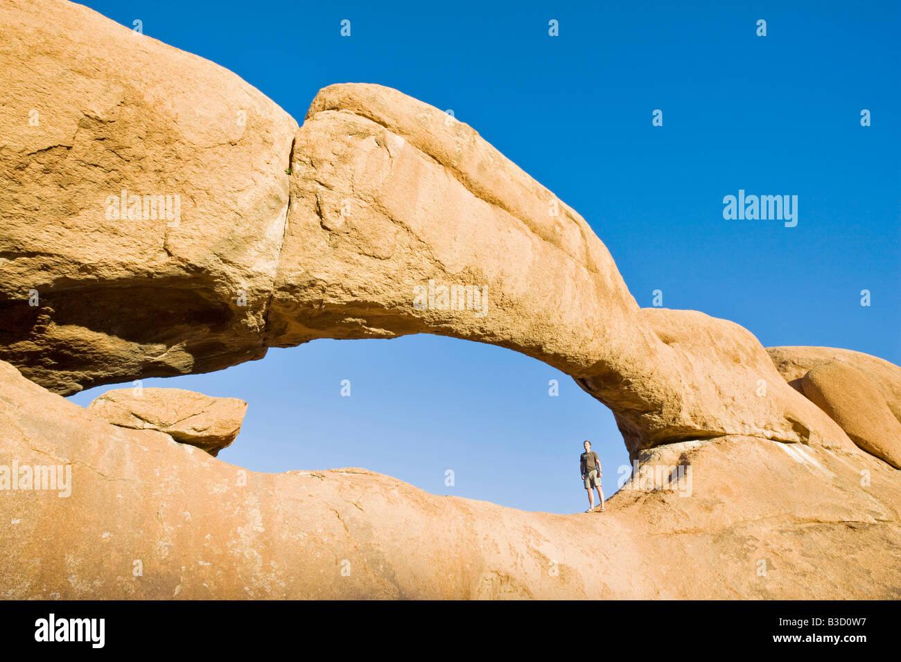 L'Afrique, la Namibie, l'arche naturelle à Spitzkoppe Photo Stock