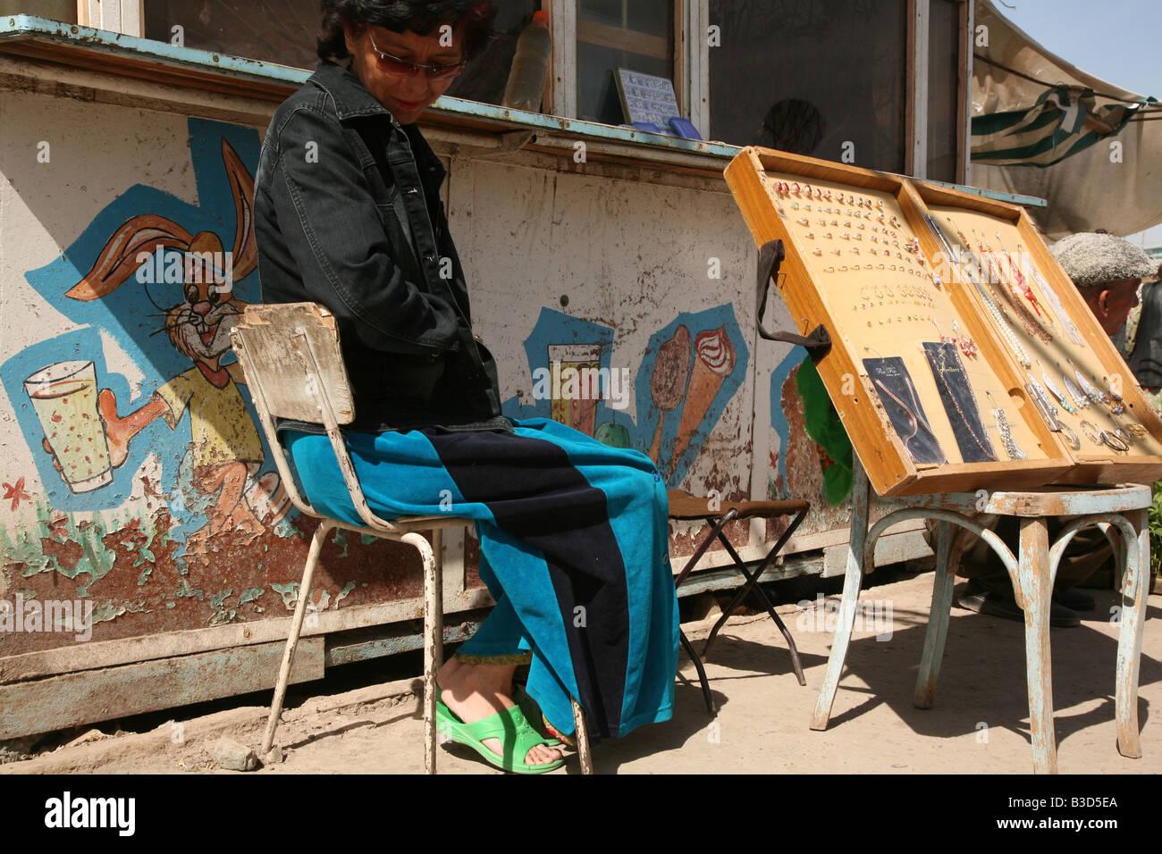 Vendeur de vendre des bijoux fantaisie sur le marché central à Urgench,  Ouzbékistan Photo Stock 8c76c5f49b8e
