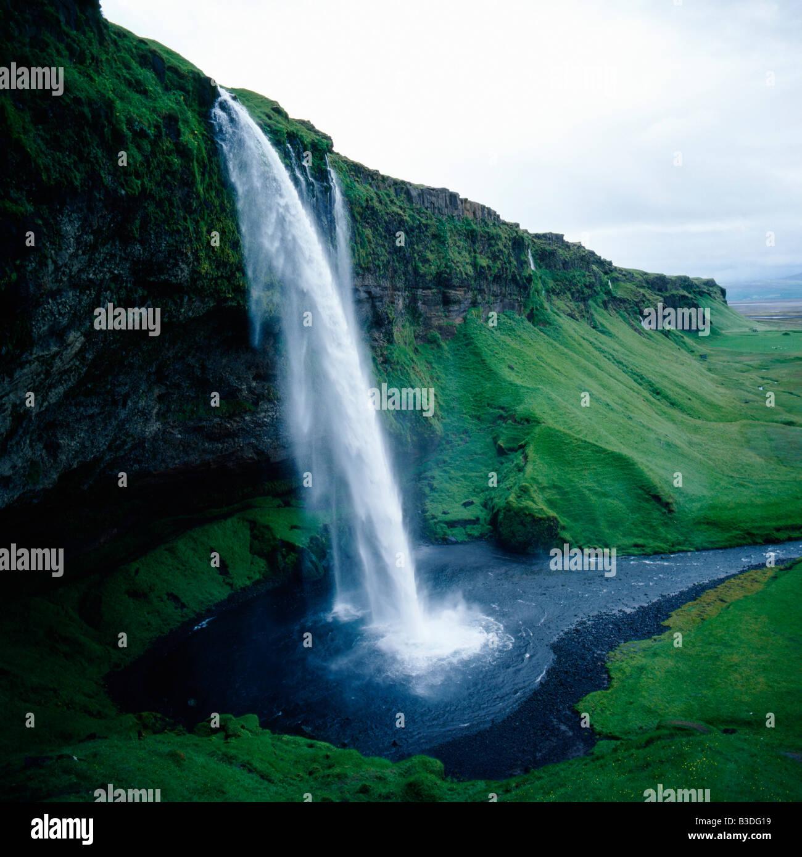 Chute d eau en Islande formant cascade sur une roche stérile de l'atmosphère atmosphère climat Photo Stock