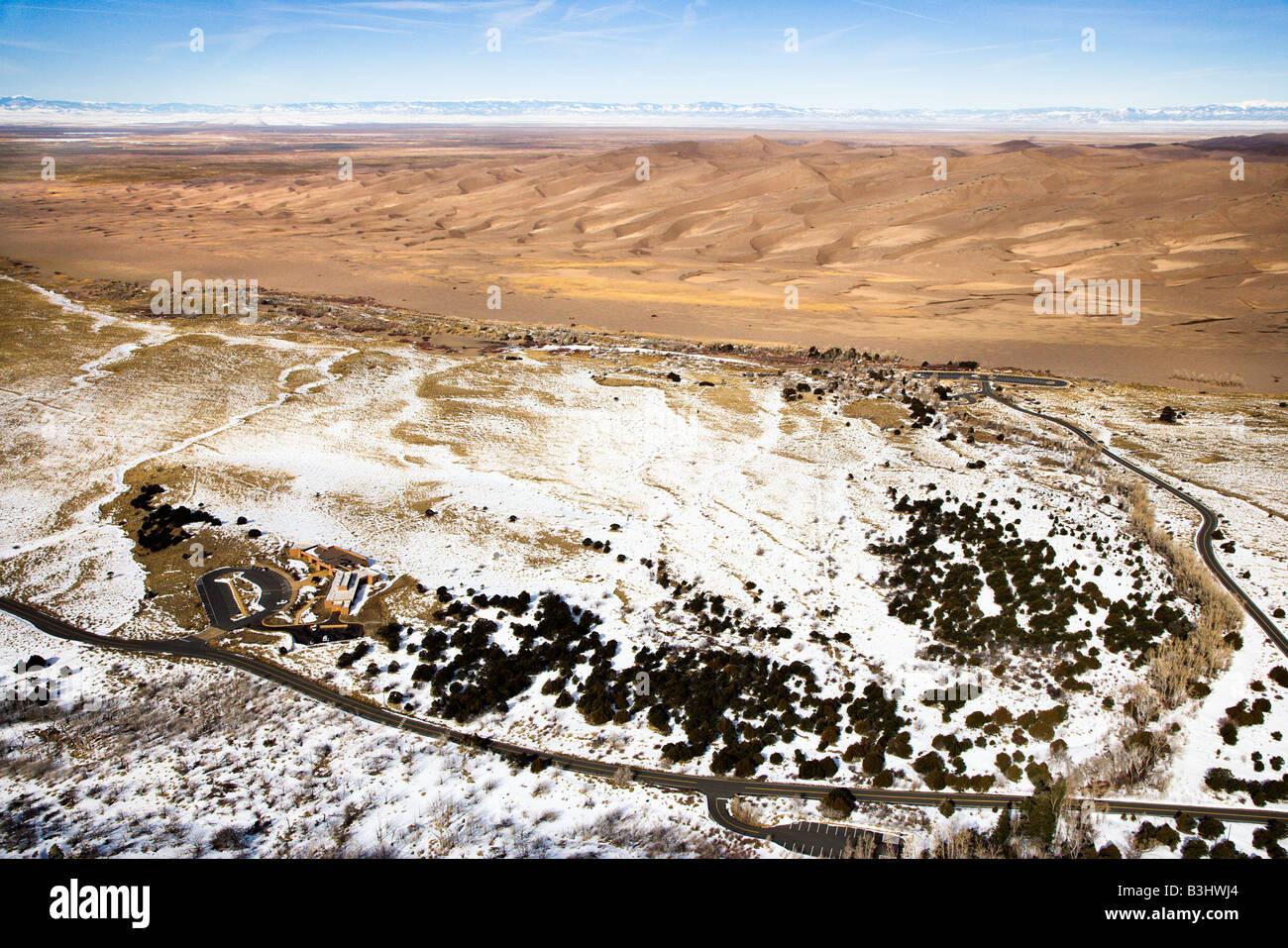 Paysage aérien de plaines enneigées et les dunes dans Great Sand Dunes National Park Colorado Photo Stock