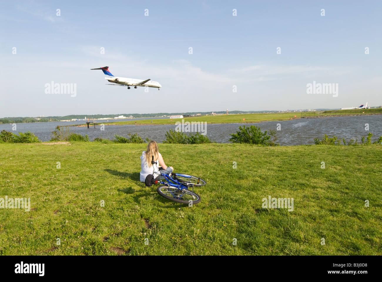 Washington DC USA regarder les avions atterrir et décoller au point graveleux de blattes se trouvent près Photo Stock