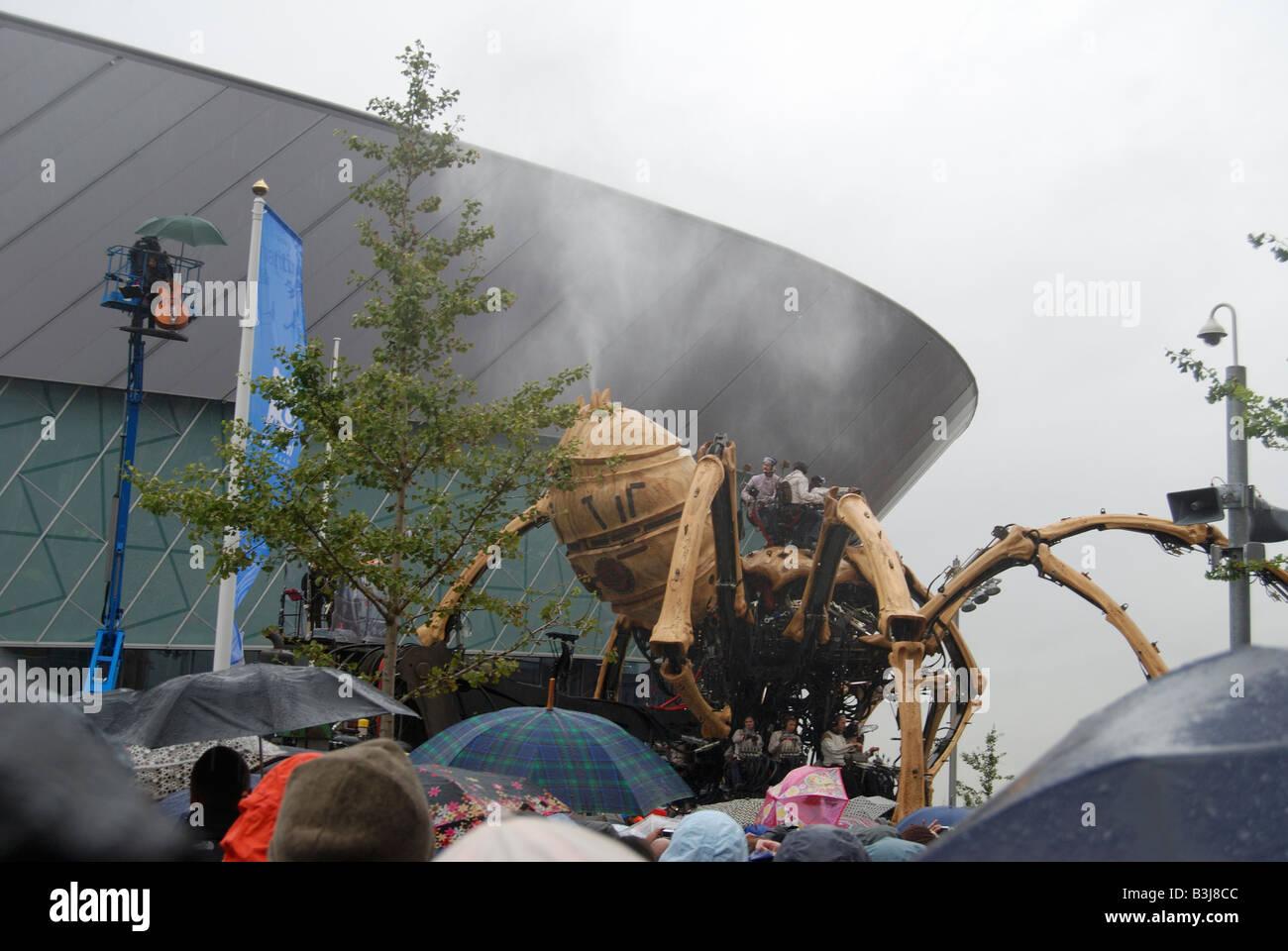 La princesse la création de François Delaroziere et la machine des giclées d'eau sur la foule à Liverpool s'Albert Dock Banque D'Images