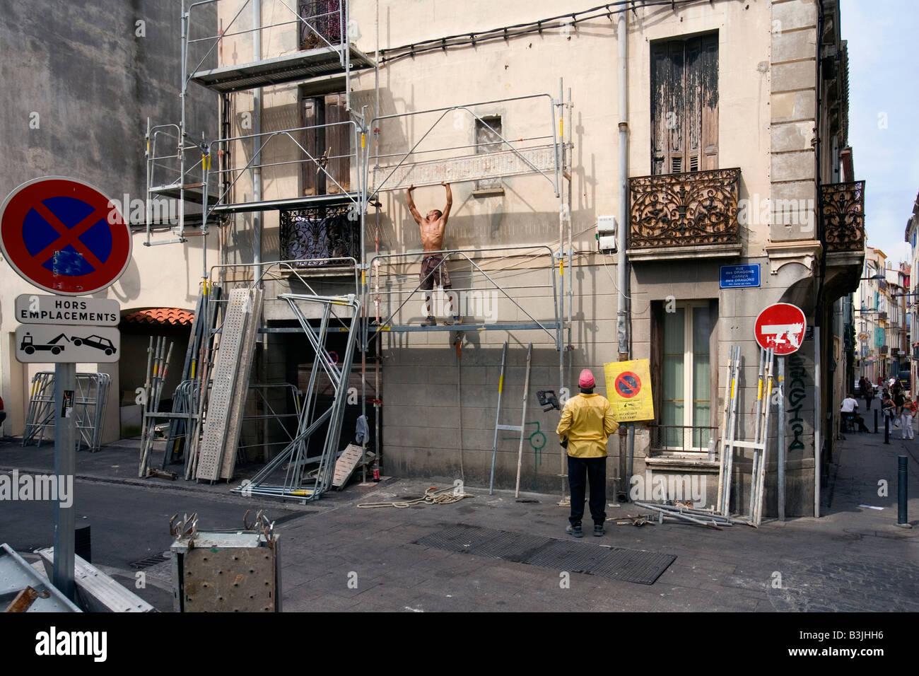 Un homme de mettre des échafaudages à Perpignan, France Photo Stock