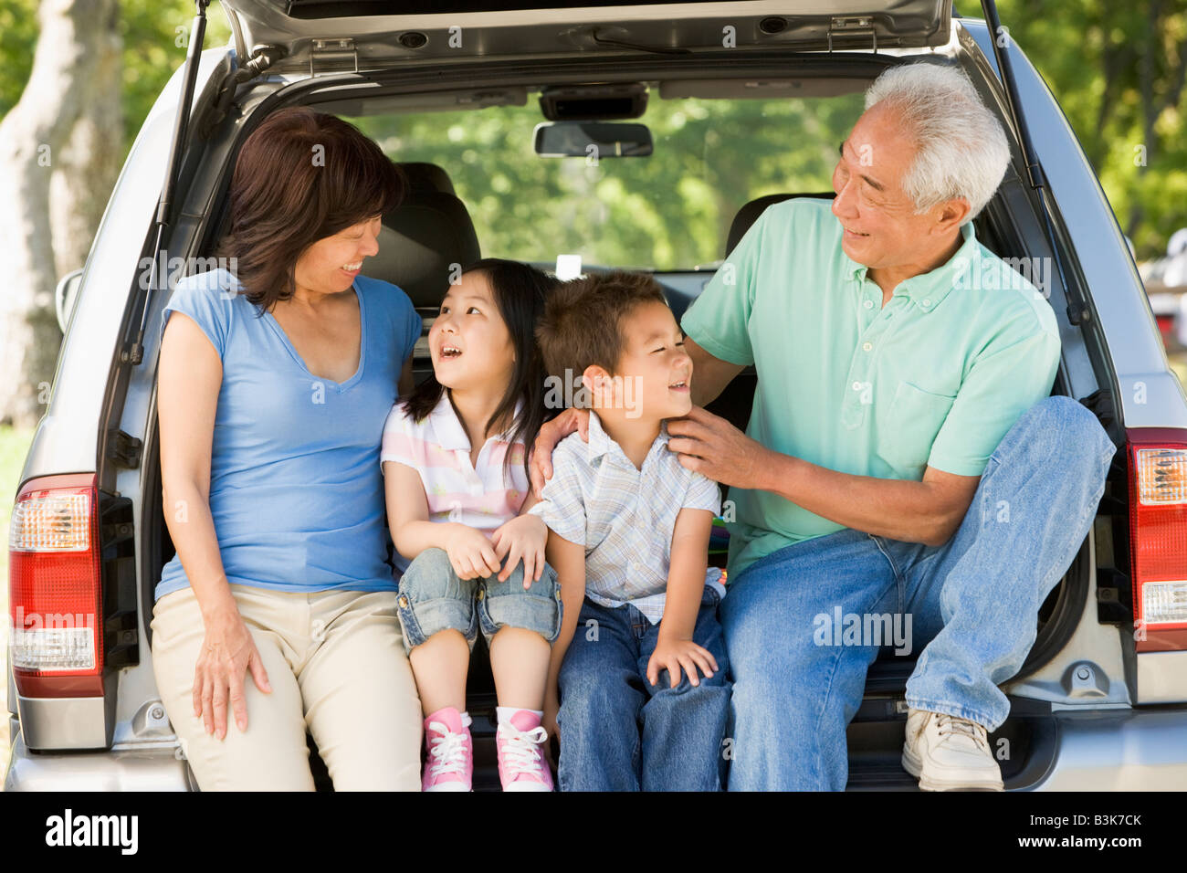 Les grands-parents avec petits-enfants en voiture de hayon Banque D'Images