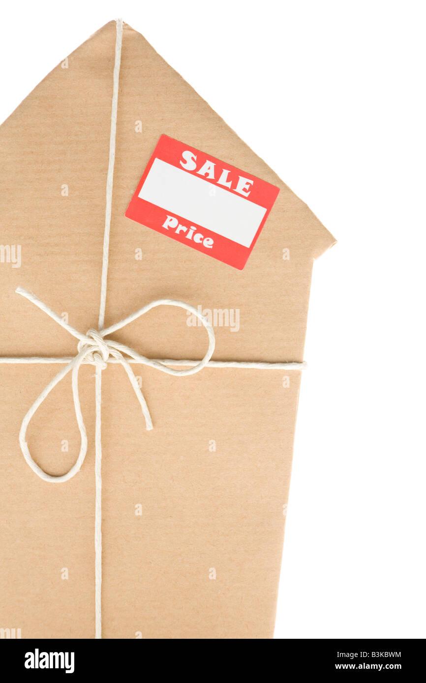 Studio Shot of House enveloppé dans du papier brun avec autocollant Vente Photo Stock