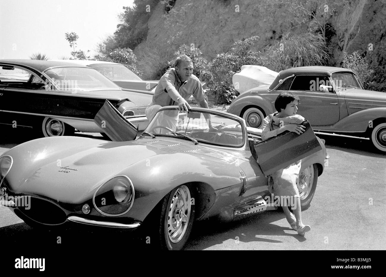 steve mcqueen nous film star avec son pouse nellie et certains de leurs voitures sur 1967. Black Bedroom Furniture Sets. Home Design Ideas