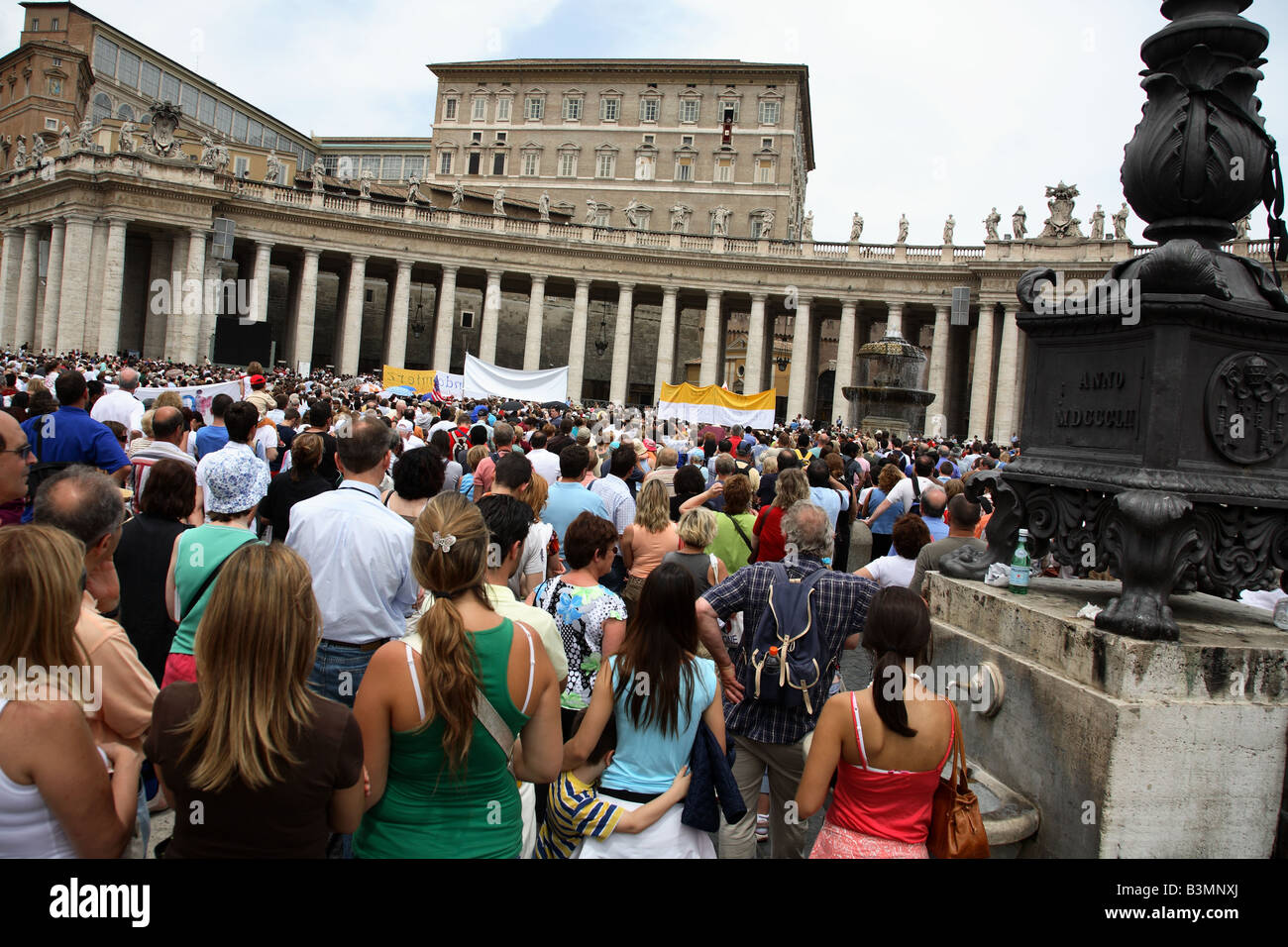 Italie Rome foules se rassemblent dans la Place St Pierre le dimanche pour entendre une allocution du Pape Photo Stock