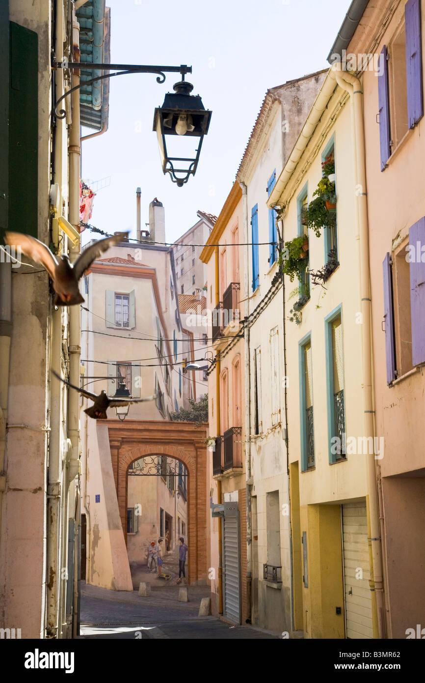 Rue de la vieille ville avec la peinture murale à grande échelle à l'arrière-plan dans le Photo Stock