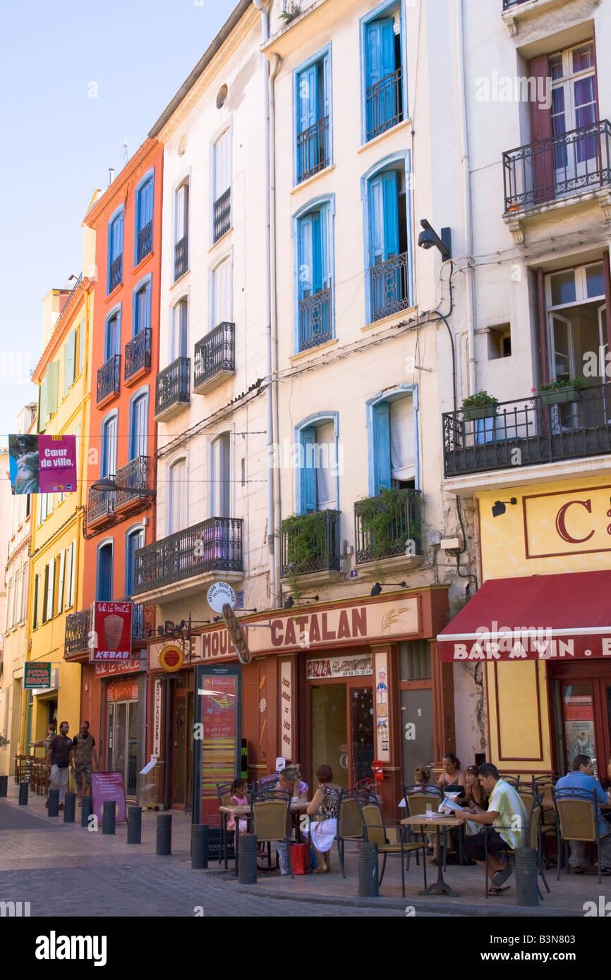 Les bâtiments résidentiels et un café de rue dans le centre de Perpignan / Sud de France Photo Stock