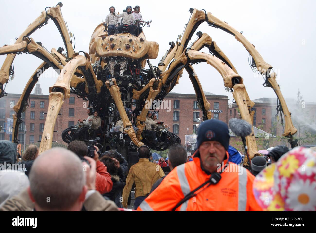 La princesse la création de François Delaroziere et la machine menace au-dessus de la foule lors d'une journée pluvieuse à Liverpool Banque D'Images