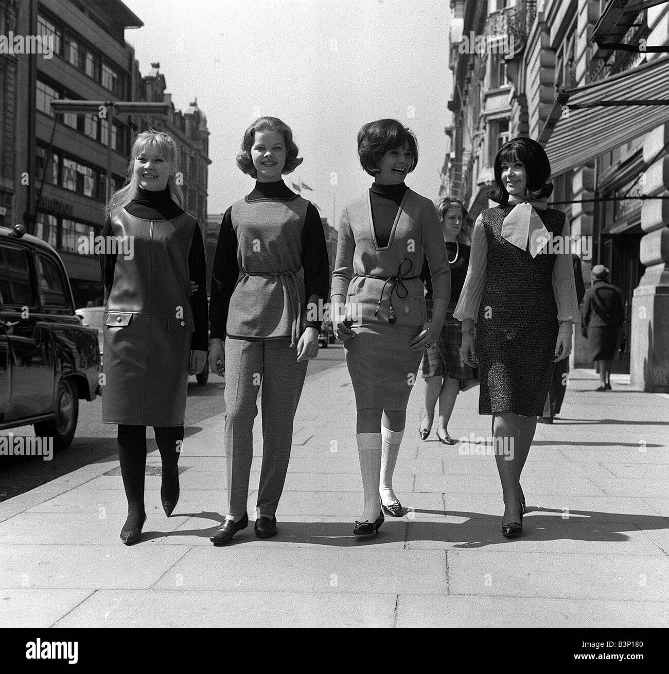 la mode chez les adolescentes dans les ann es 60 quatre jeunes femmes pied la rue downt deux. Black Bedroom Furniture Sets. Home Design Ideas